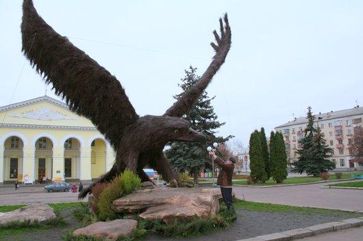 Этот орел у нас на привокзальной площади стоит.